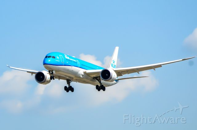 Boeing 787-9 Dreamliner (PH-BHM) - KLM 789 on final for 23 at Toronto Pearson.