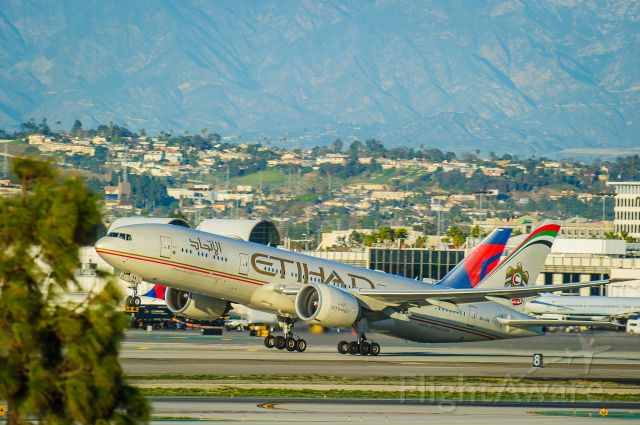 """Boeing 777-200 (A6-LRA) - Minding The Gap 