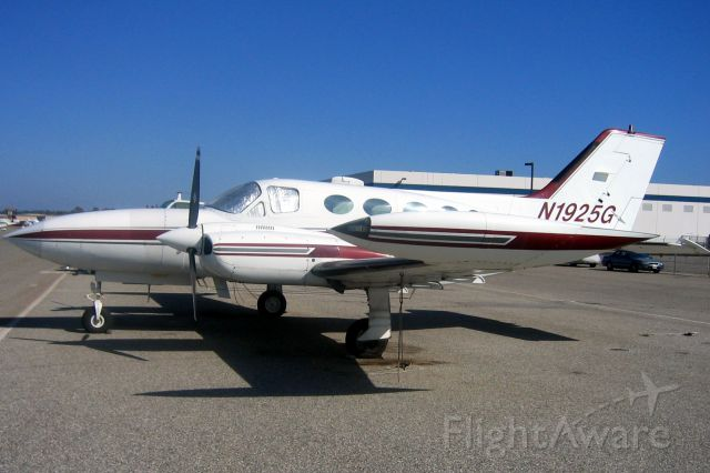 Cessna 421 (N1925G) - Seen here on 13-Aug-06.