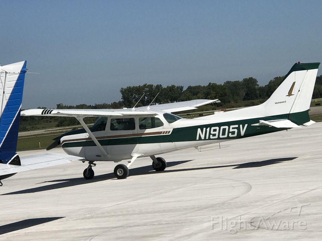 Cessna Skyhawk (N1905V) - At JXN