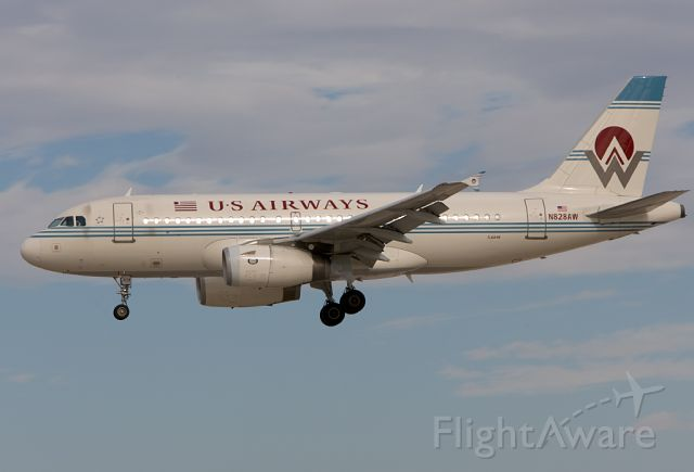 Airbus A319 (N828AW) - Finals for 26R