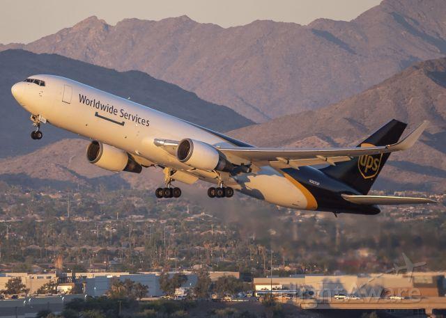 BOEING 767-300 (N307UP)