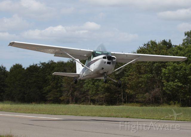 Cessna Skylane (N7611S) - The fine art of banner towing.