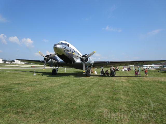 Douglas DC-3 (N8704)