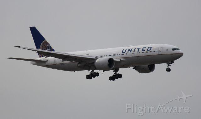 Boeing 777-200 (N77019) - Landing 10C