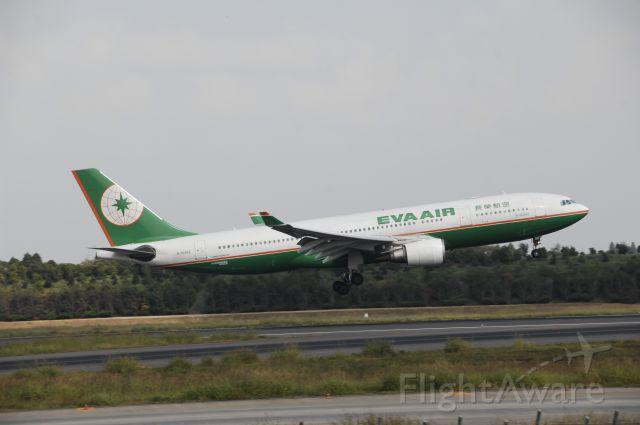 Airbus A330-200 (B-16302) - Landing at NRT Airport Runway 16L on 2011/10/10