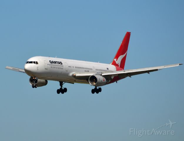 BOEING 767-300 (VH-ZXF) - On short finals for runway 05. Thursday 12th April 2012.
