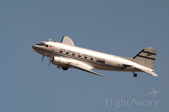 Douglas DC-3 (N877MG)