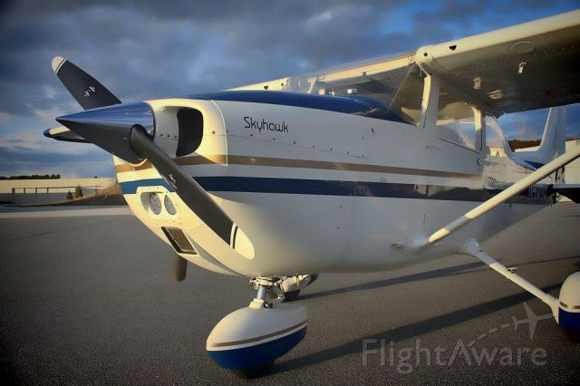 Cessna Skyhawk (N40RG) - Just finished washing and waxing it....! :-)