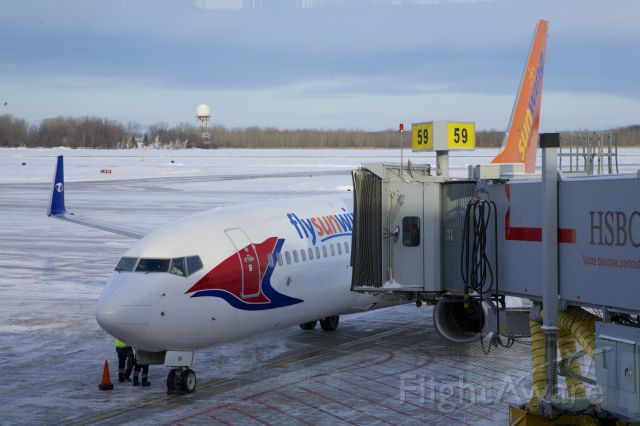 Boeing 737-800 (C-FGVK) - Boeing 737-800 arriving at Gate 59 in Montreal-Dorval before a trip to Sint Maarten.