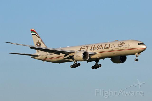 BOEING 777-300ER (A6-ETJ) - ETD15 arriving from Abu Dhabi.<br /><br />EOS7Dii 70-300L @300mm, 1/640 f10 160ISO