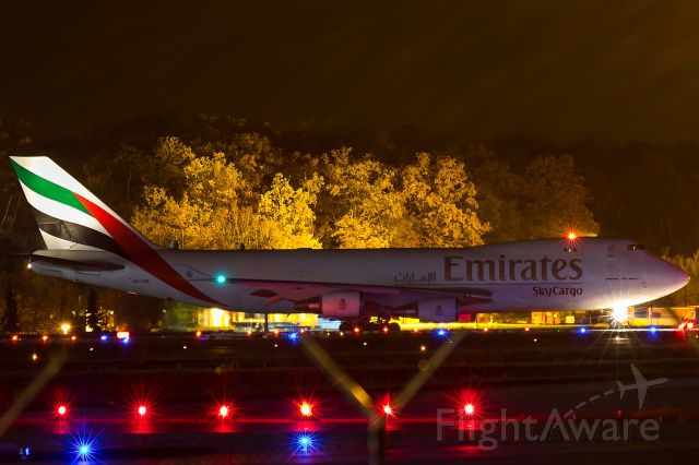 Boeing 747-400 (OO-THD) - line up in a foggy night, distance 1 mile.