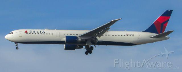 BOEING 767-400 (N825MH)