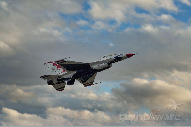 Lockheed F-16 Fighting Falcon — - USAF Thunderbirds #6 Opposing Solo