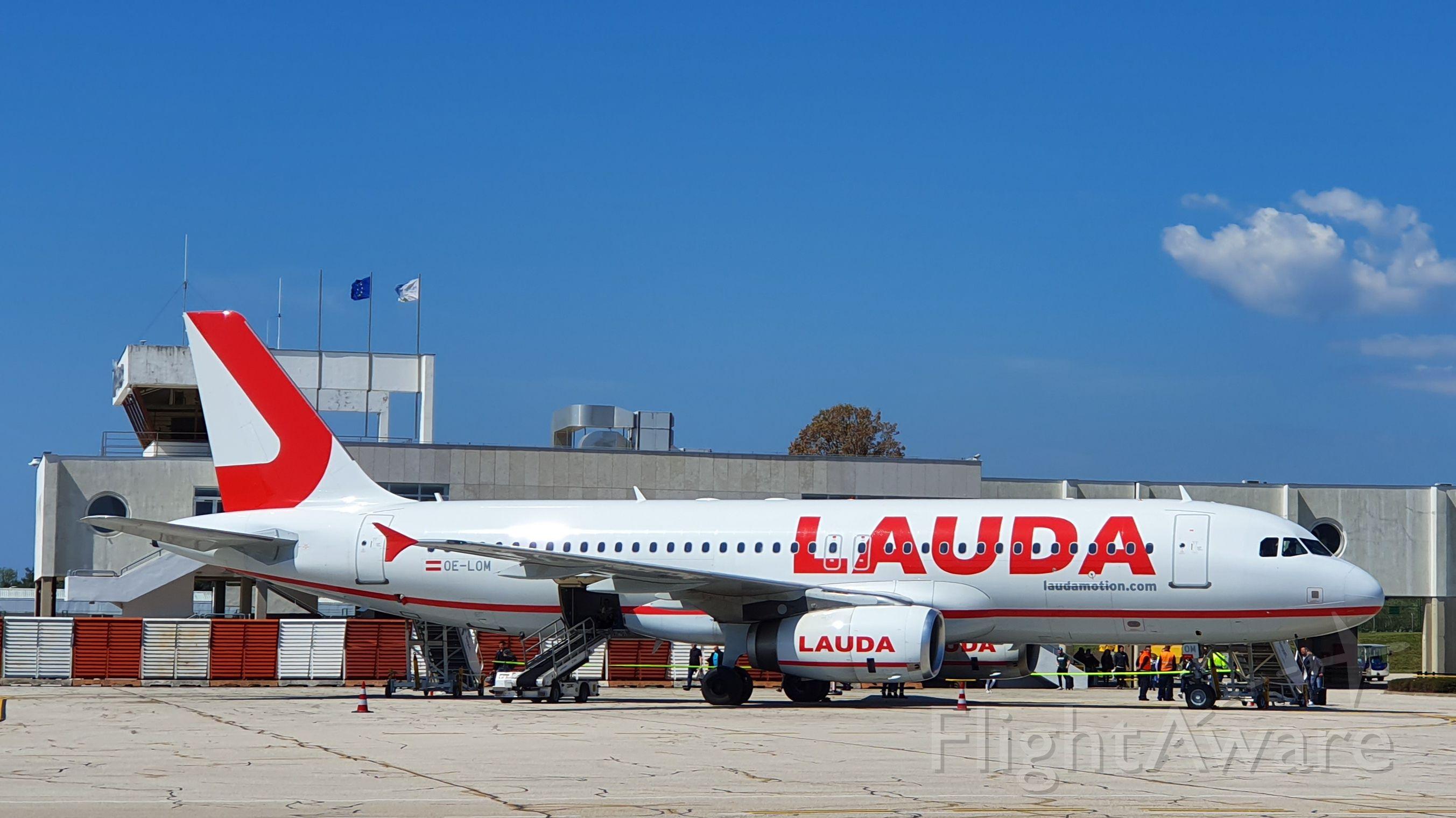 Airbus A320 (OE-LOM) - Warten auf Pasagiere nach Stuttgart. 10:18 UTC