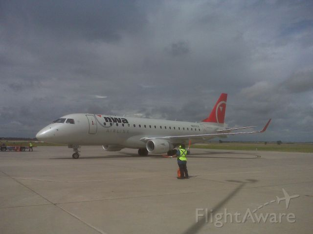 Embraer 175 (N633CZ)