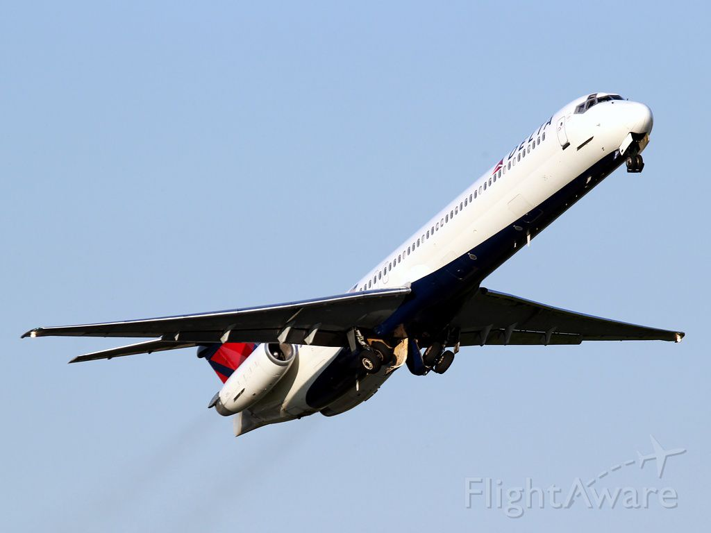 McDonnell Douglas MD-88 (N908DE)