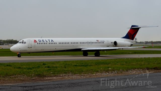McDonnell Douglas MD-88 (N922DL) - N922DL seen taxiing to runway 6R at KCLE. In this picture, the plane is twenty-five feet in front of me. Please look for more photos at OPShots.net