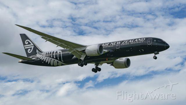 Boeing 787-9 Dreamliner (ZK-NZE) - ANZ 789 on short final 8R KIAH.
