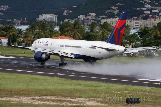 Boeing 757-200 (N664DN) - leaving a lot of spray following a quick island shower
