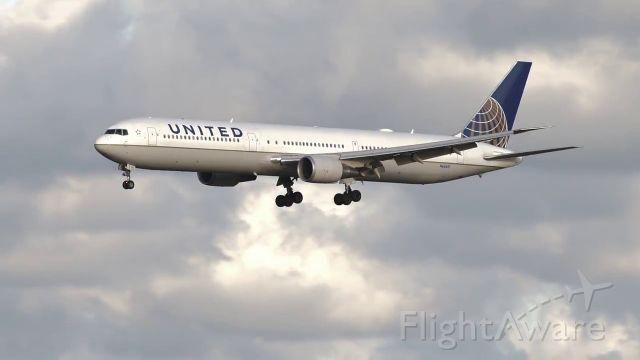 BOEING 767-400 (N66051) - Final approch from New York EWR