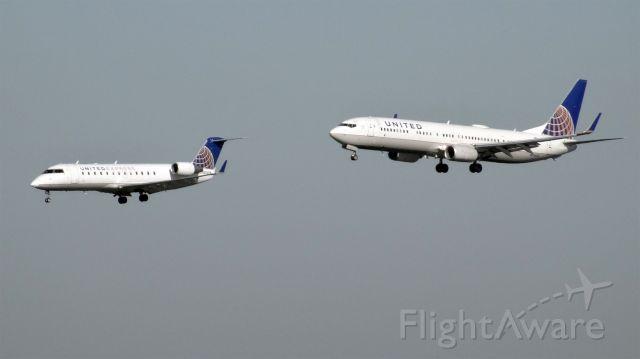 Boeing 737-900 (N73445) - N926SW and N73445 are approaching San Francisco Intel Airport (KSFO).br /N73445 is the bigger.br /br /N926SW / Canadair CRJ-200ER br /2015-03-06 UA6304 Burbank (BUR) San Francisco (SFO) 14:18-->Landed 15:10br /br /N73445 / Boeing 737-924(ER) br /2015-03-06 UA1454 Washington (IAD) San Francisco (SFO) 13:50-->Landed 15:09