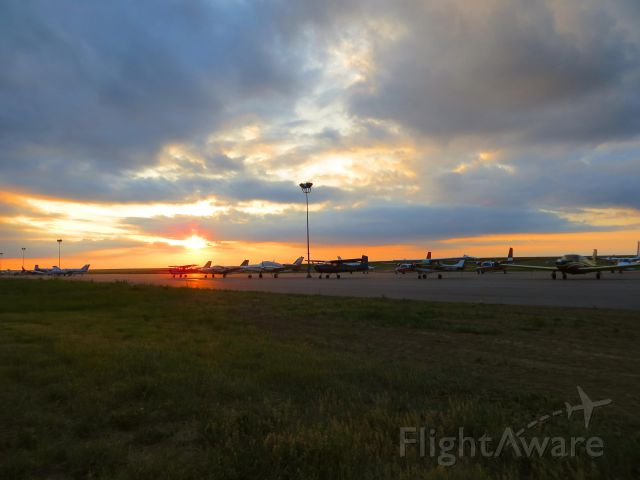 — — - Sunset on the ramp at Front Range looking back at KDEN
