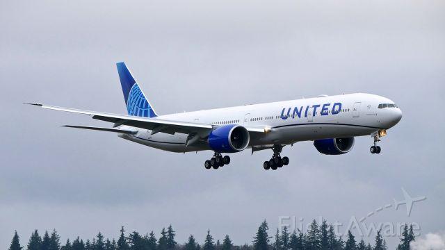 BOEING 777-300 (N2749U) - BOE769 on final to Rwy 16R to complete a C1 flight on 12.4.19. (B777-322(ER) / ln 1634 / cn 66589).