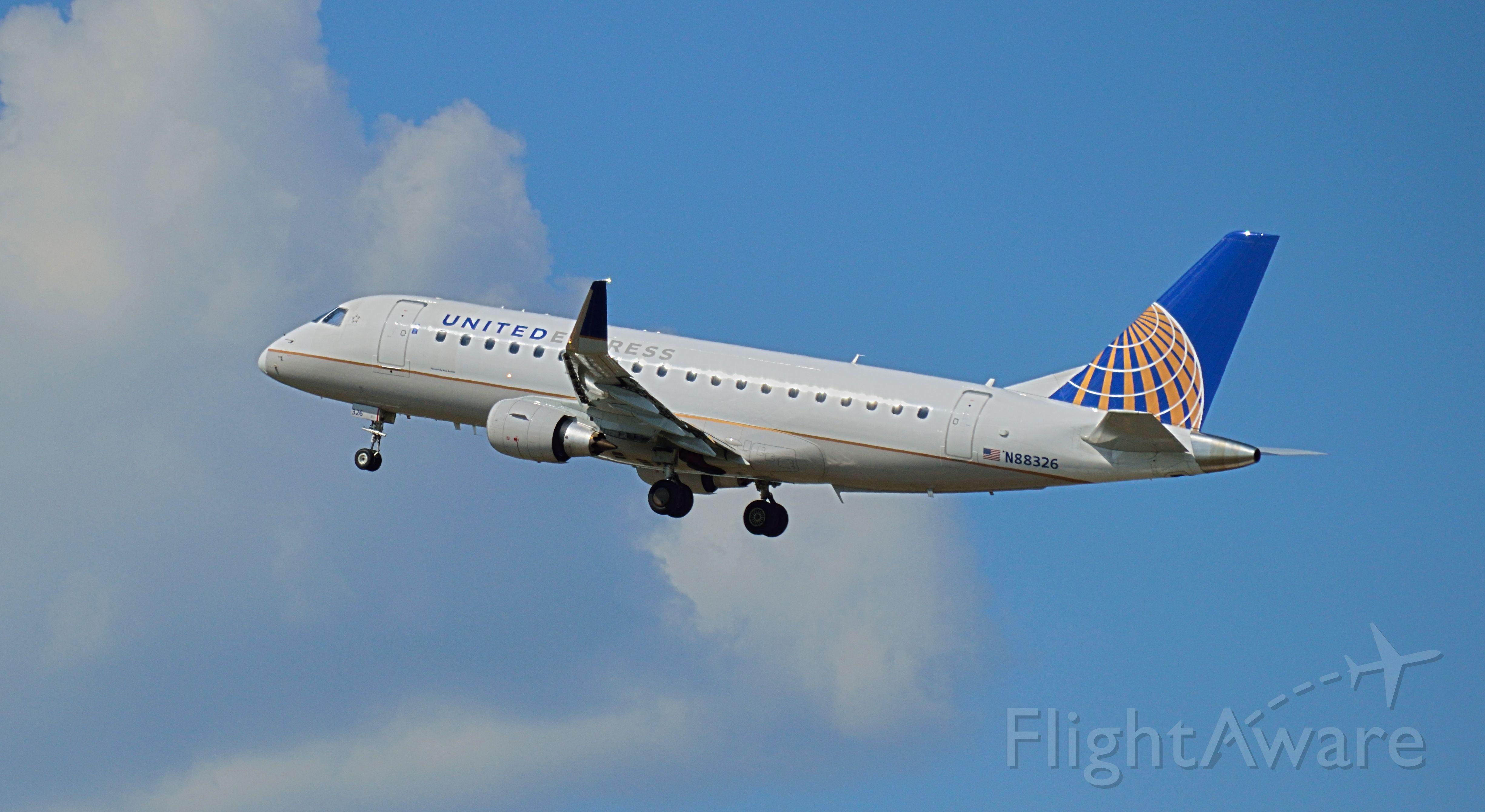 Embraer 170/175 (N88326) - United E175 blasting off KBDL