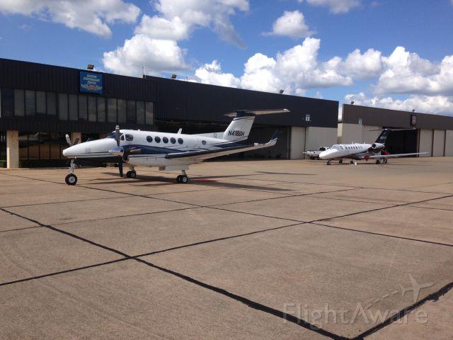 Beechcraft Super King Air 200 (N418SH) - On the ramp of Jet Center of Tyler