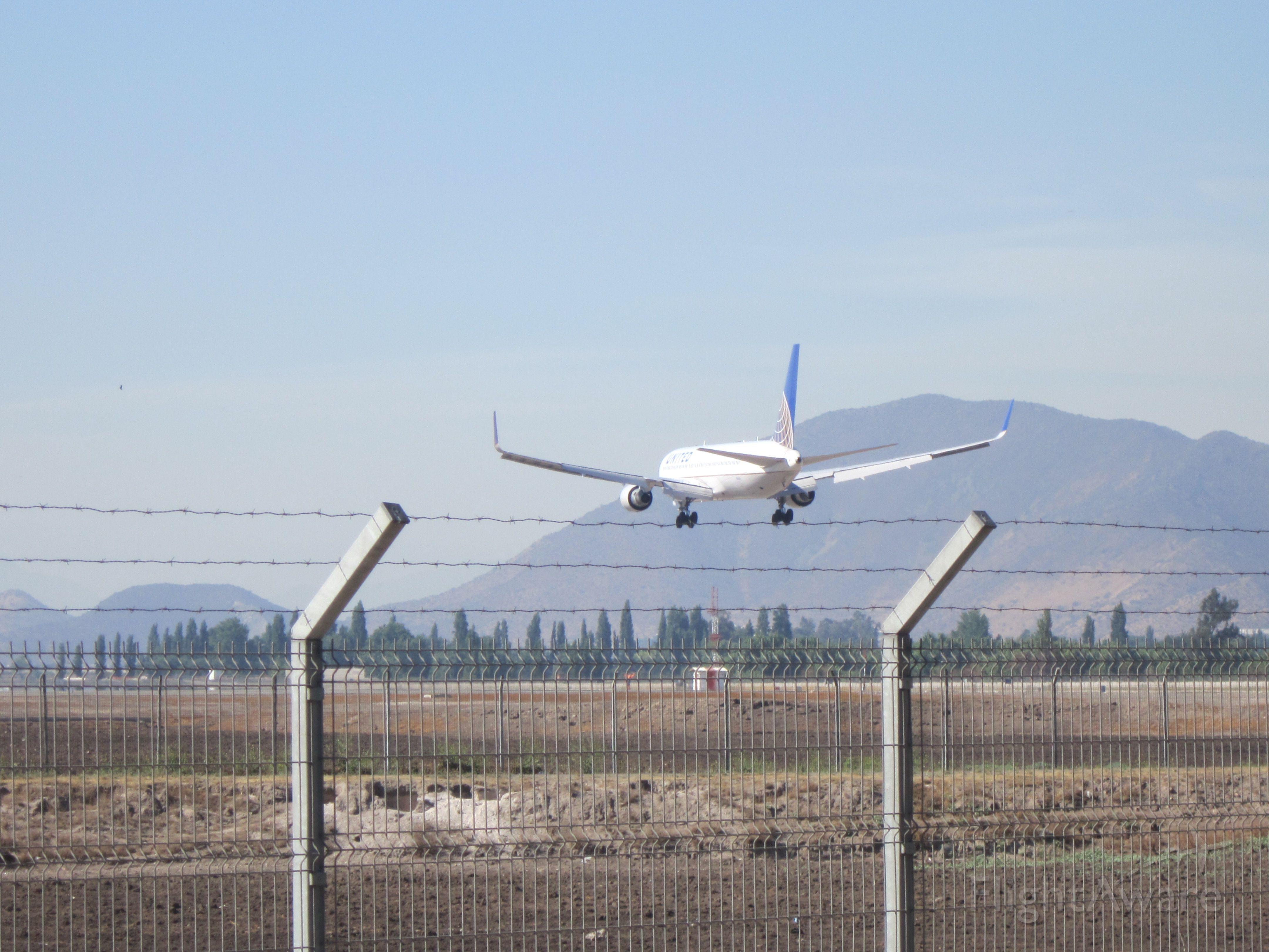 BOEING 767-300 (N666UA) - Landing flight 847 in SCEL RWY 17R