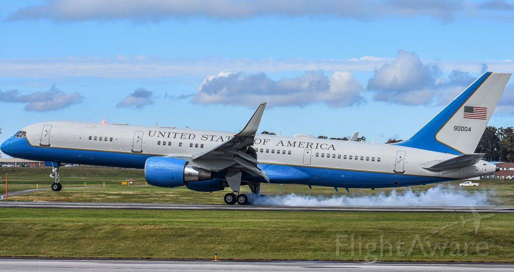 Boeing 757-200 (99-0004) - C-32 smokin' the wheels on 23L!