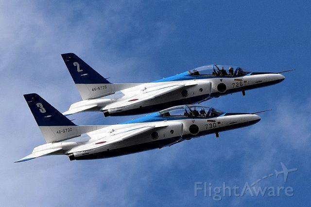 KAWASAKI T-4 (46-5730) - Acrobatic flight of the Blue Impulse.(Japan Air Self-Defense Force )