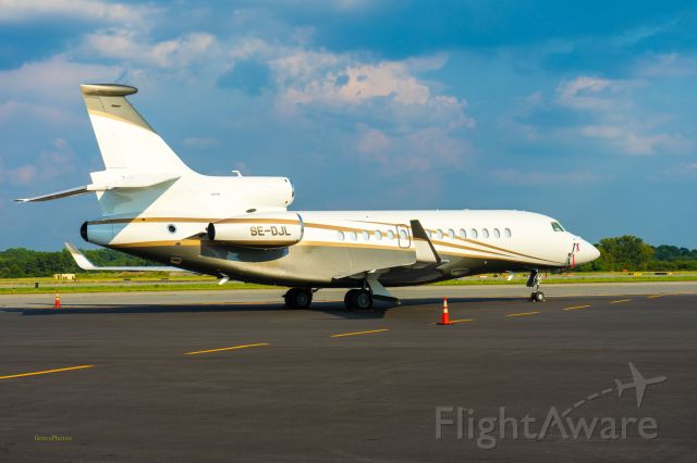 Dassault Falcon 7X (SE-DJL) - The strong curvature of the belly makes her look like an athlete.  Photographed at PDK's elevated viewing stand.