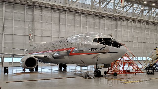 N3JP — - AA's retro 737-800 in our new hanger at ORD.
