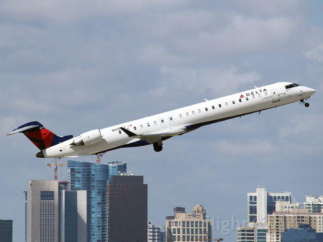 Canadair Regional Jet CRJ-200 (N915XJ)