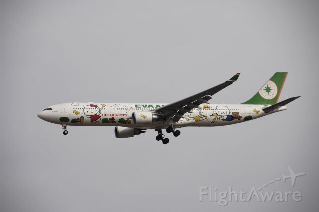 Airbus A330-300 (B-16331) - Final Approach to NRT Airport R/W34L on 2012/01/01 Hello Kitty c/s