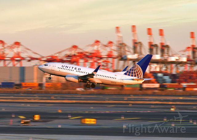 Boeing 737-700 (N23721) - United Airlines Boeing 737-724(WL) N23721 in Newark