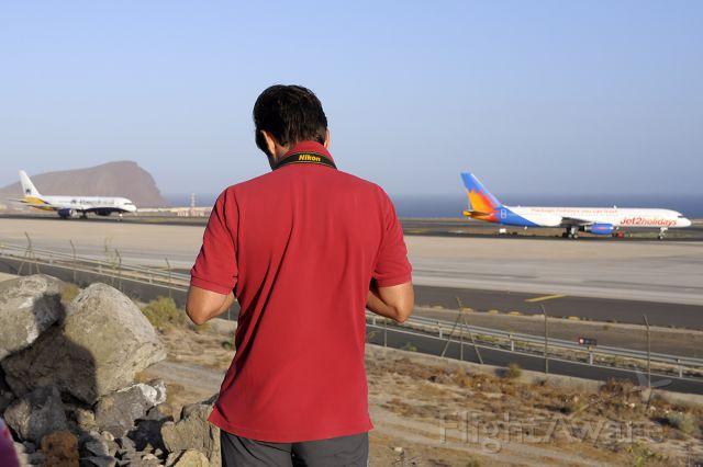 Boeing 757-200 (G-LSAN) - The spotter Daniel Santos, spotting at 08 TFS.-
