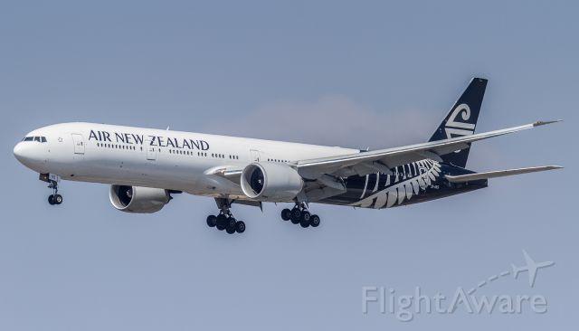BOEING 777-300 (ZK-OKS)