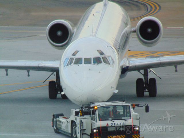 McDonnell Douglas MD-90 (N944DN) - My first Picture on FlightAware any Tips?
