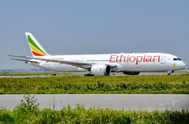 Boeing 787-9 Dreamliner (ET-AUO) - Ethiopian Airlines 787-9 taxi to runway 23 at CYYZ
