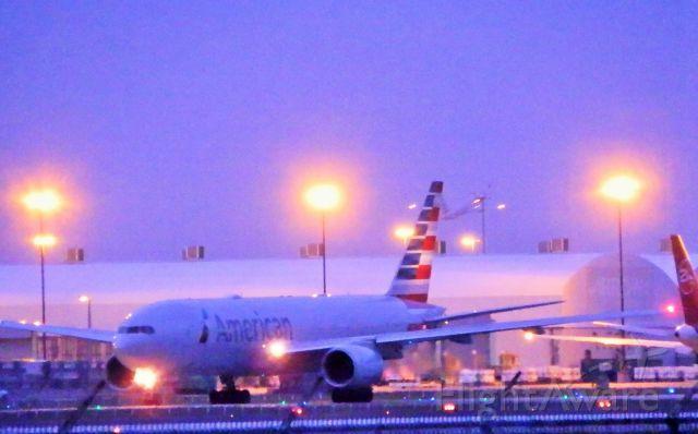 Boeing 777-200 (N794AN)
