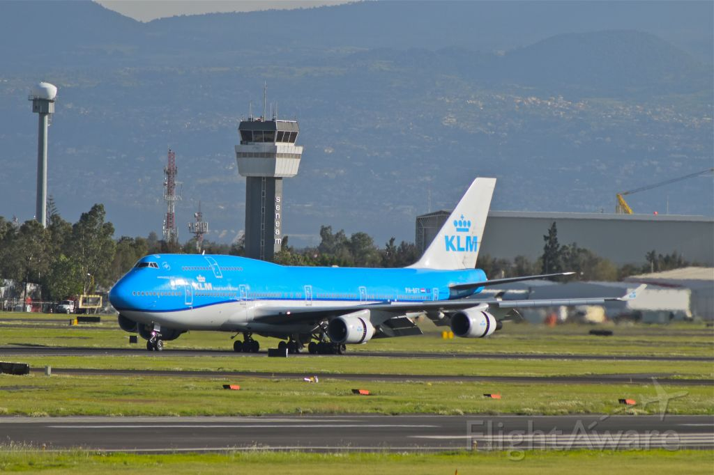 Boeing 747-400 (PH-BFT) - Boeing B747-406(M) of KLM is braking after to land on 05R runway in Mexico City Airport (Photo July 21th 2018).