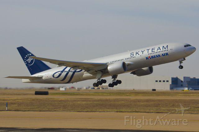 Boeing 777-200 (HL7733) - Dec. 17, 2011.