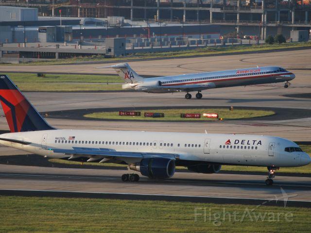 Boeing 757-200 (N625DL) - Arriving runway 26R - 8/23/09