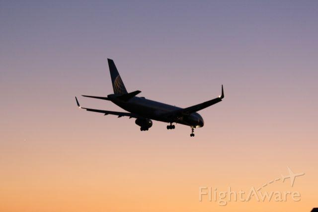 Boeing 757-200 (N12114) - UNITED B757 landing on runway 27 at KIAH