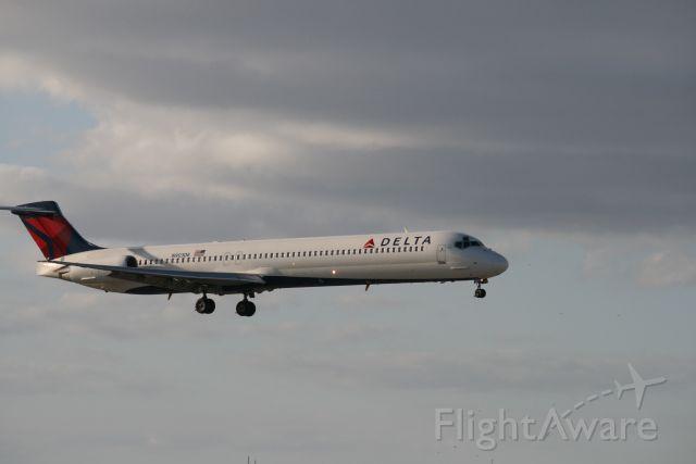 McDonnell Douglas MD-83 (N903DE)