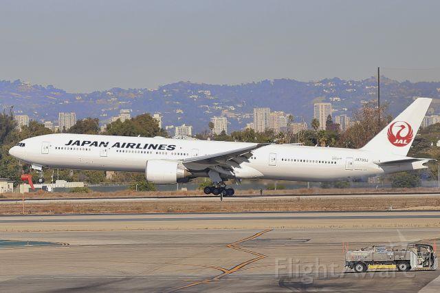 BOEING 777-300 (JA733J)