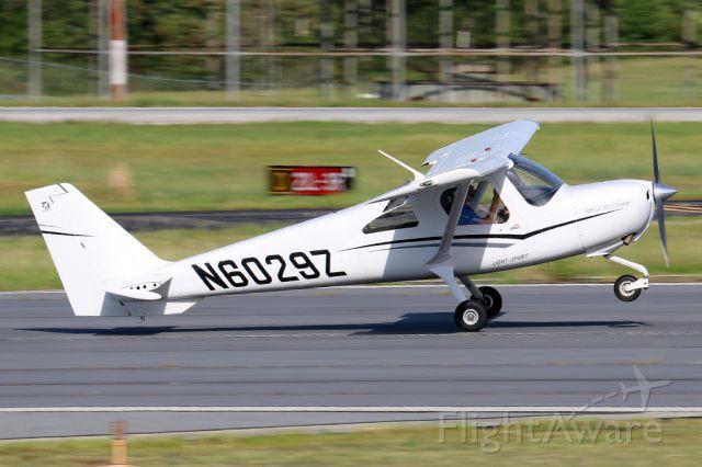 Cessna Skycatcher (N6029Z) - Skycatcher touching down at PDK.
